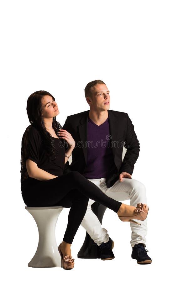 Portrait des couples heureux recherchant D'isolement sur le fond blanc photographie stock libre de droits