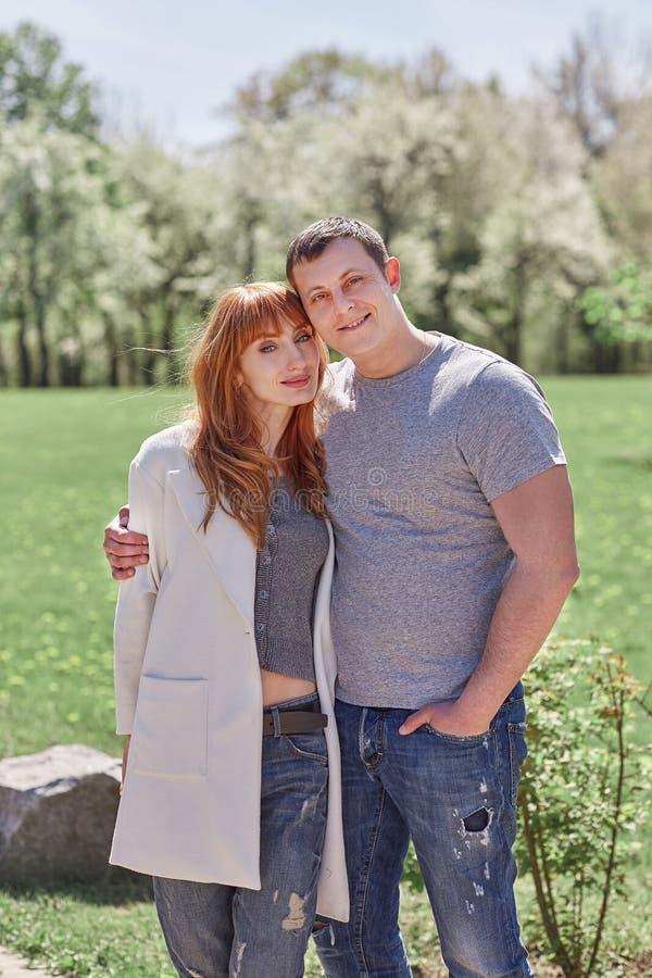 Portrait des couples heureux sur le fond de jardin de ressort photos stock