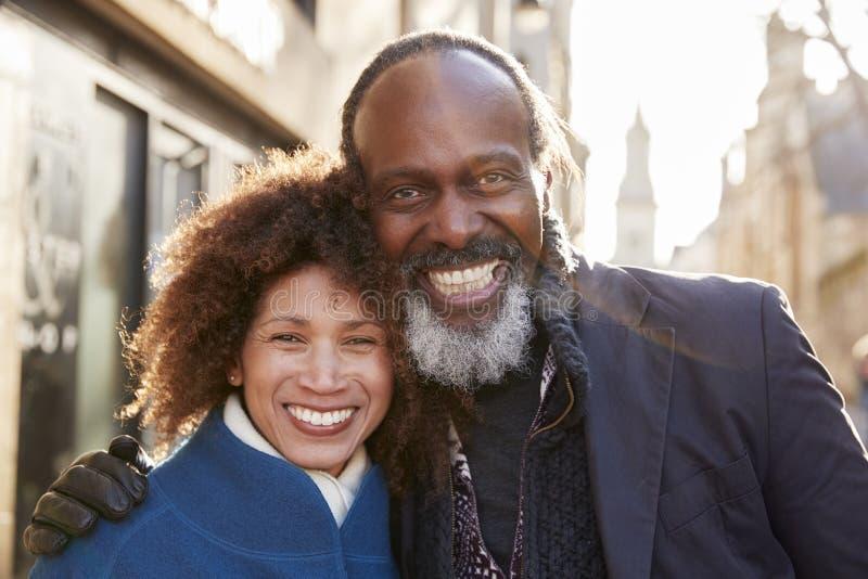 Portrait des couples mûrs marchant par la ville dans l'automne ensemble photo libre de droits