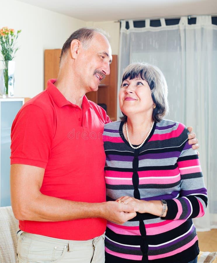 Portrait des couples mûrs affectueux photo stock