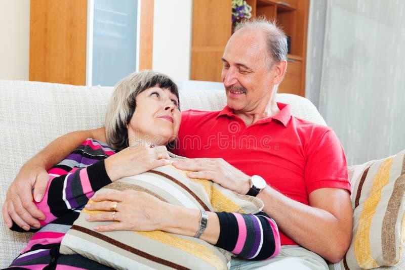 Portrait des couples mûrs affectueux photographie stock