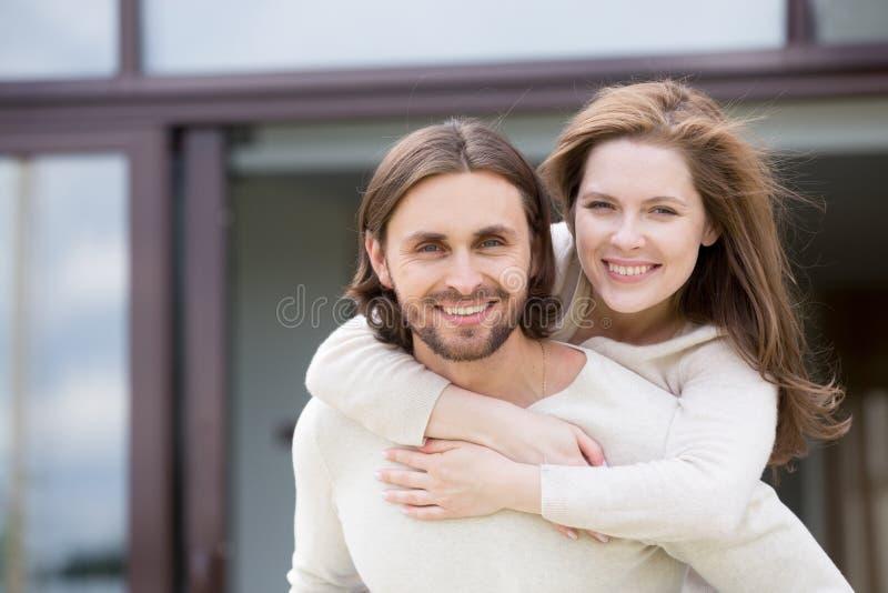 Portrait des couples mariés de sourire attrayants dehors image stock