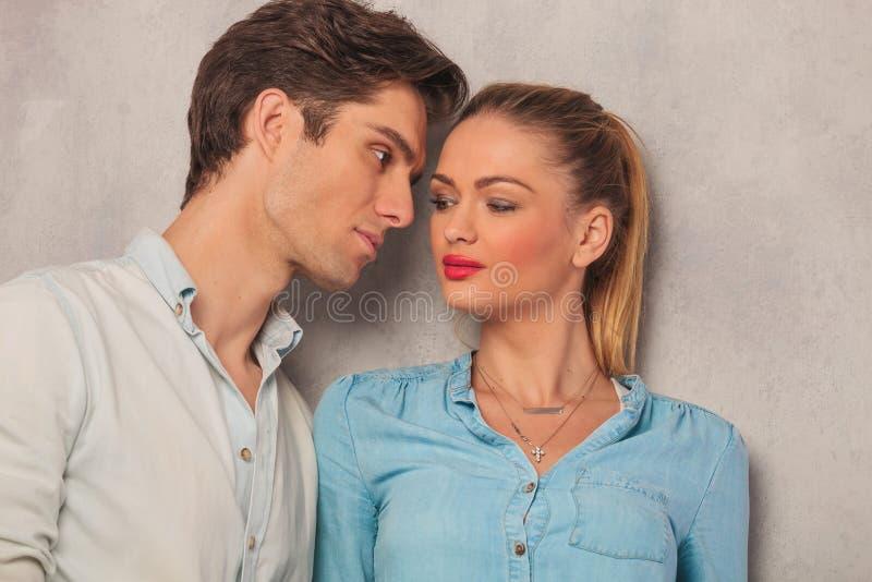 Portrait des couples regardant l'un l'autre dans le studio photos libres de droits