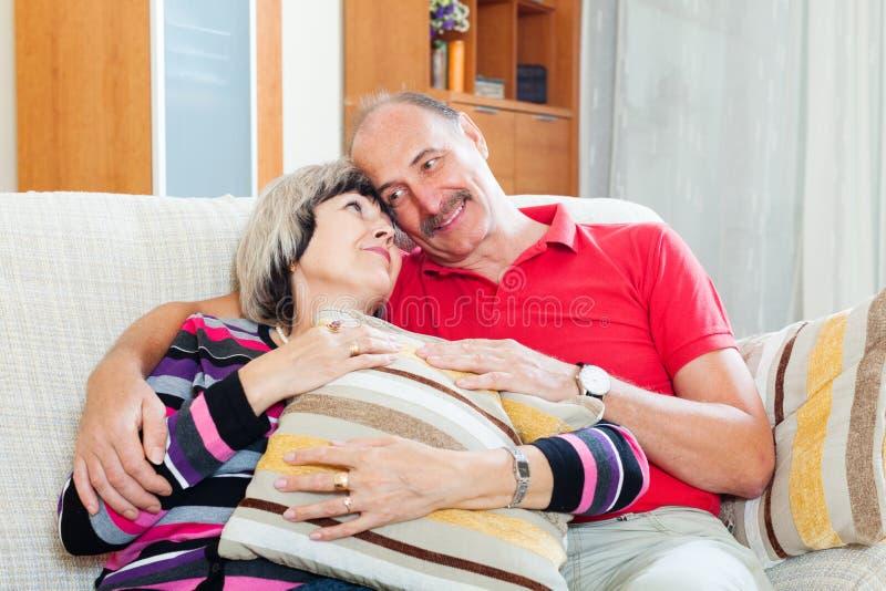 Portrait des couples supérieurs affectueux ensemble images libres de droits