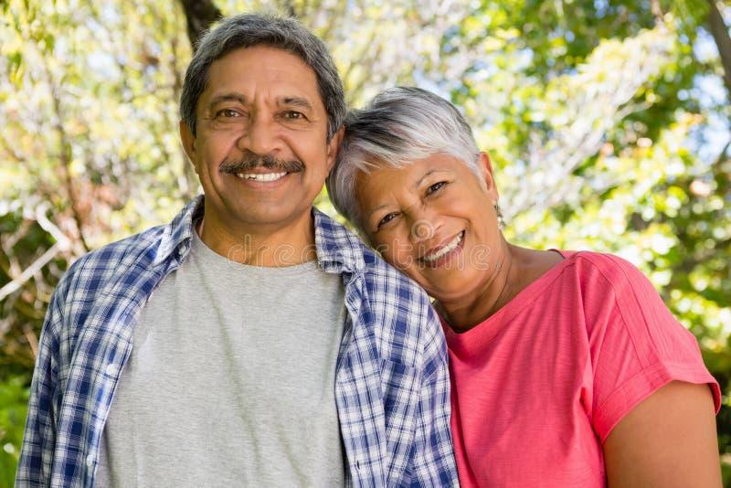 Portrait des couples supérieurs de sourire dans le jardin photos libres de droits