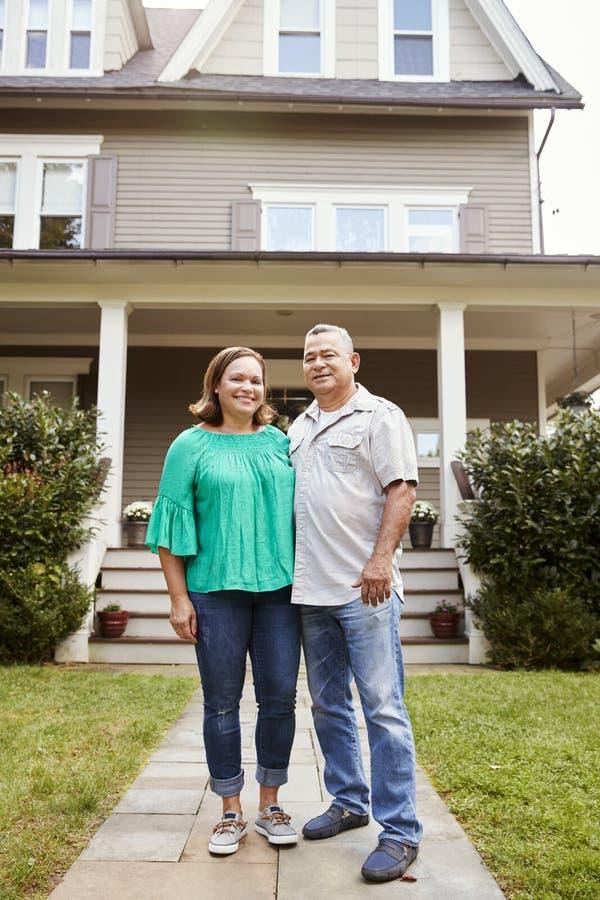 Portrait des couples supérieurs de sourire en Front Of Their Home photos libres de droits