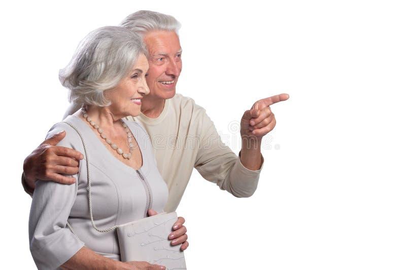 Portrait des couples supérieurs heureux indiquant la droite image stock