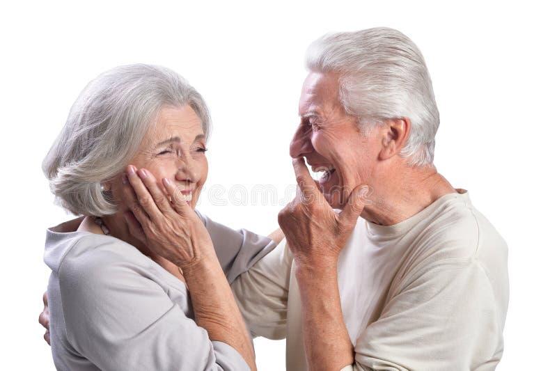 Portrait des couples supérieurs heureux sur le fond blanc image libre de droits