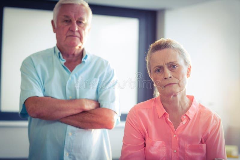 Portrait des couples supérieurs malheureux images libres de droits