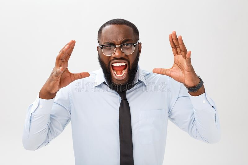 Portrait des cris masculins noirs contrariés désespérés dans la rage et la colère arrachant ses cheveux tout en se sentant furieu photos libres de droits