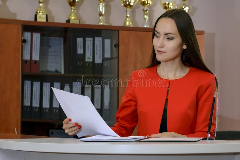 Portrait des documents de signature de secrétaire de jeune femme image stock