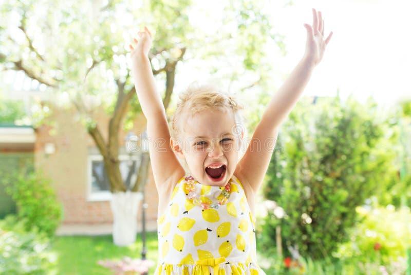 Portrait des emotionalen kleinen Mädchens lizenzfreies stockbild