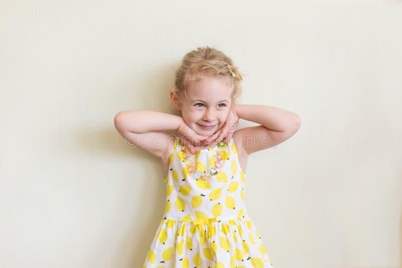 Portrait des emotionalen kleinen Mädchens lizenzfreie stockbilder