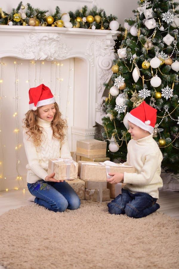 Portrait des enfants avec Noël de cadeaux de nouvelle année photos libres de droits