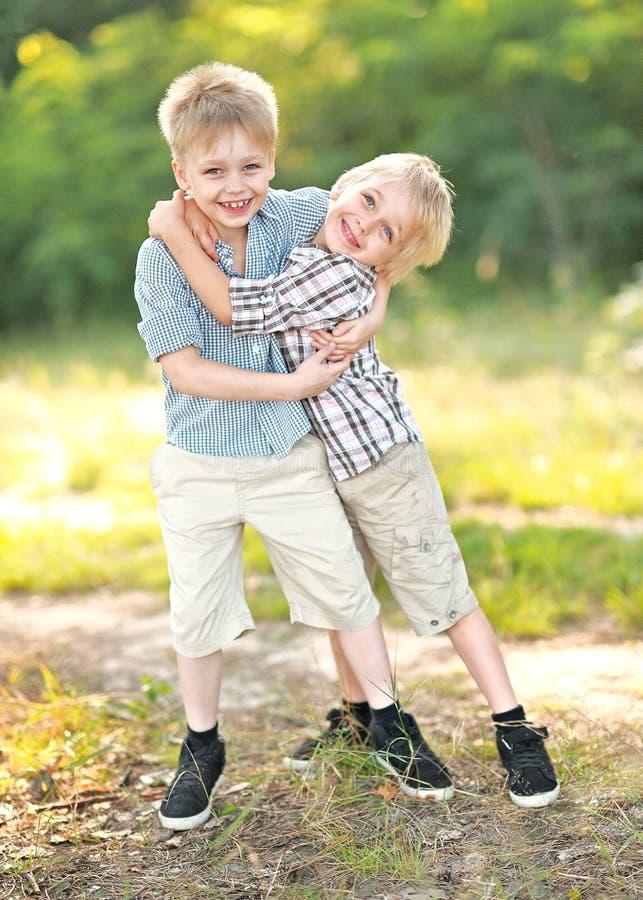 Portrait des enfants en bas âge sur un camping photographie stock
