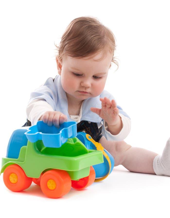 Portrait des entzückenden Babys spielend mit Spielwaren stockbild