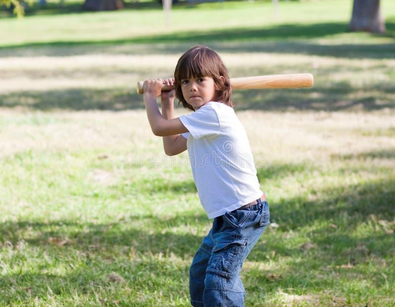 Portrait des entzückenden Kindes Baseball spielend stockbild