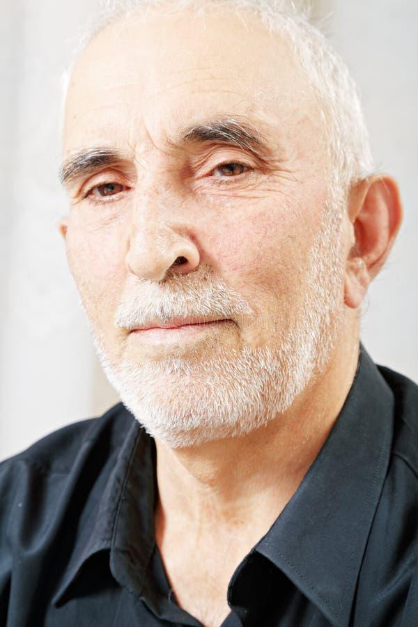 Portrait des ernsten älteren Mannes lizenzfreie stockfotografie