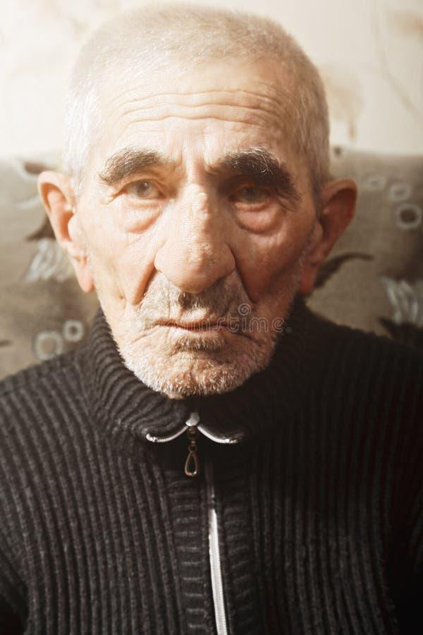 Portrait des ernsten älteren Mannes stockfotos