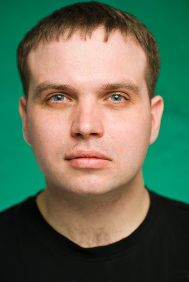 Portrait des ernsten jungen Mannes lizenzfreie stockbilder