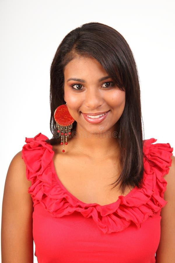 Portrait des erstaunlichen jungen Latinomädchens im Rot lizenzfreie stockbilder