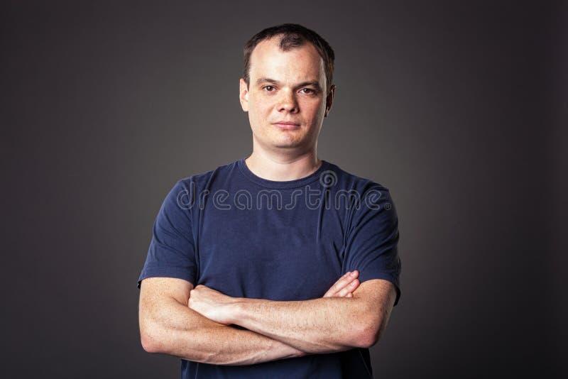 Download Portrait Des Erwachsenen überzeugten Kerls Stockbild - Bild von kerl, überzeugt: 26369433