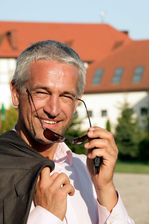 Portrait des fälligen Geschäftsmannes lizenzfreies stockfoto