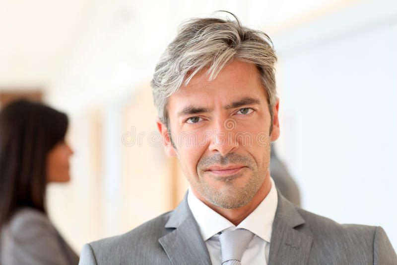 Portrait des fälligen Geschäftsmannes stockfotos
