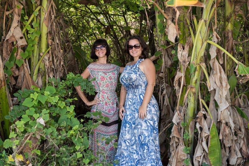 Portrait des femmes assez mignonnes de jeunes sur le fond vert, nature d'été Belle beauté sexy de filles dans la jungle de images stock