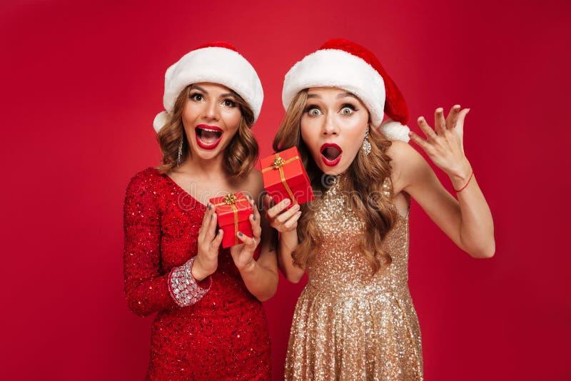 Portrait des femmes heureuses étonnées dans des chapeaux de Noël image libre de droits