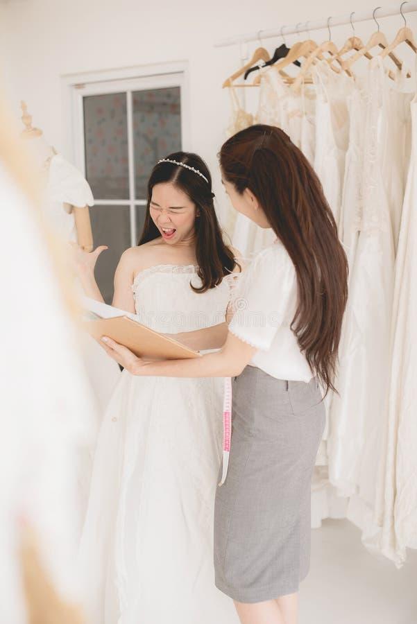 Couturière De Deux Femmes Faisant Des Vêtements