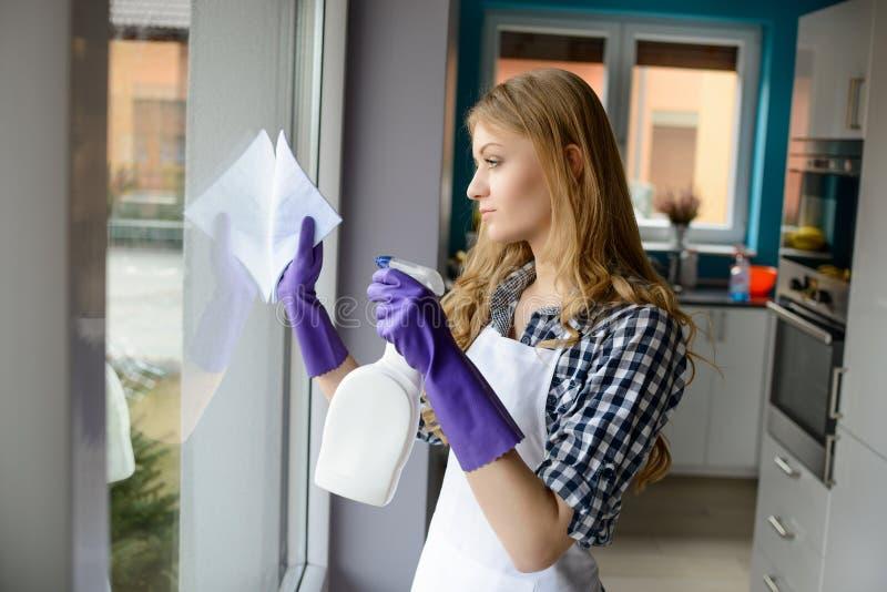 Portrait des fenêtres de nettoyage de jeune femme images stock