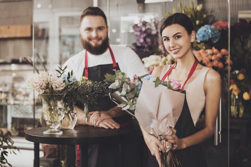 Portrait des fleuristes de sourire homme et femme photo libre de droits