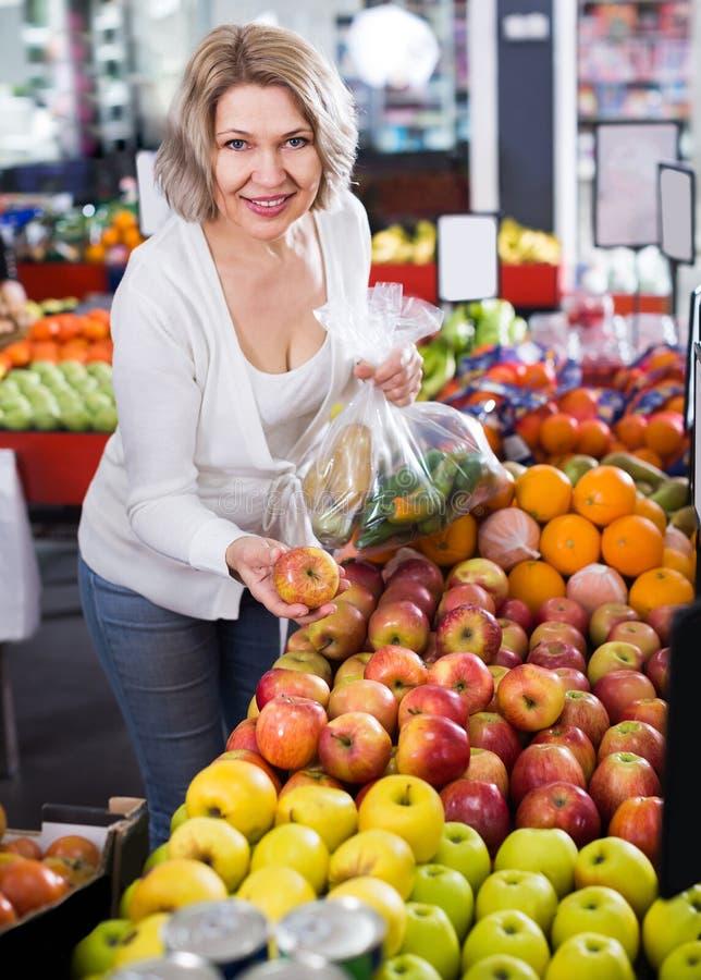 Portrait des fruits de offre de femme agée photo libre de droits