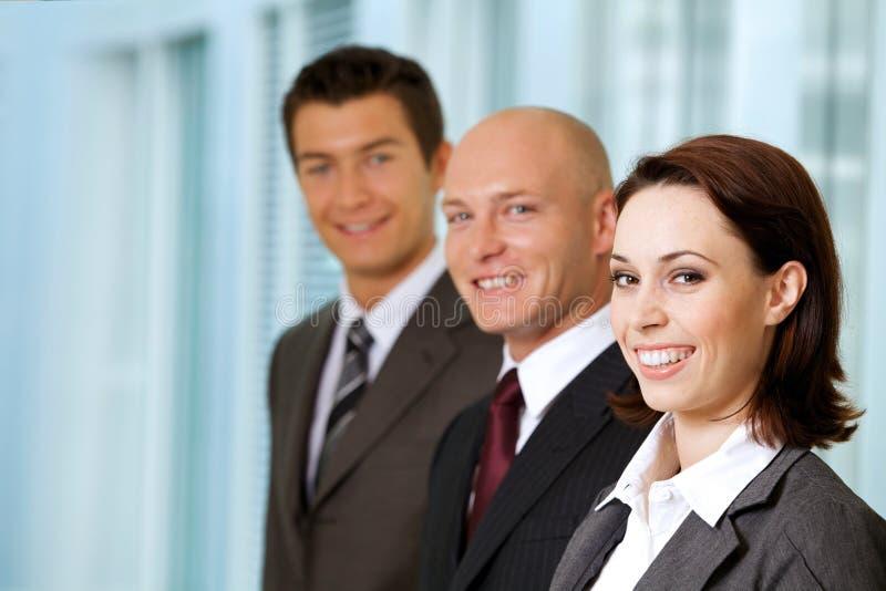 Portrait des gens d'affaires caucasiens dans le bureau photographie stock libre de droits