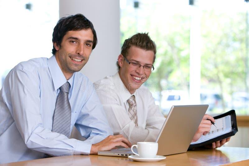 Portrait des Geschäftskollegearbeitens stockbild