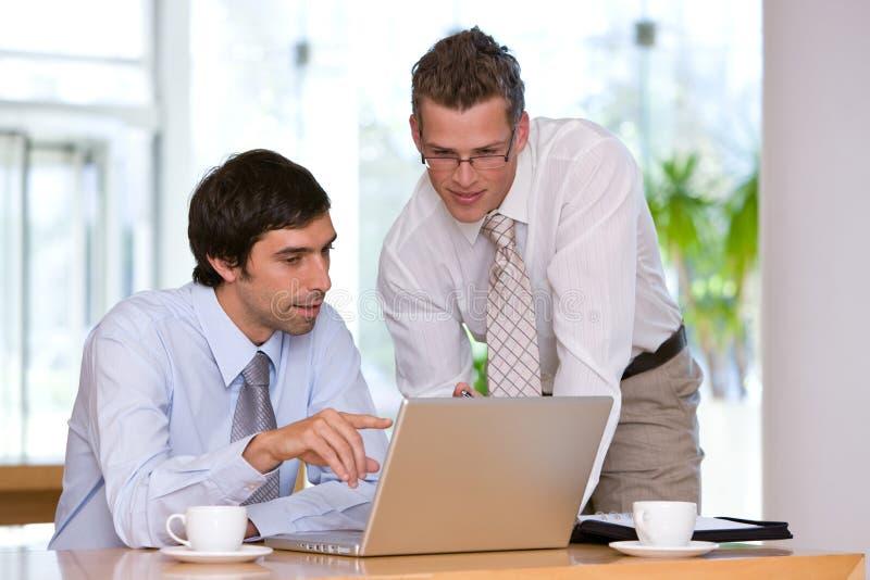 Portrait des Geschäftskollegearbeitens lizenzfreies stockbild