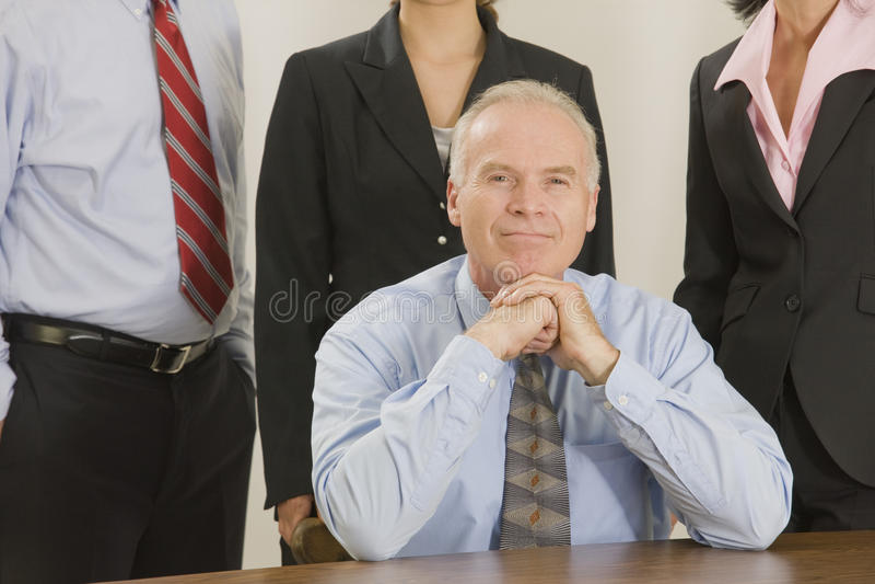 Portrait des Geschäftsmannes mit seinem Team hinter ihm. lizenzfreie stockbilder