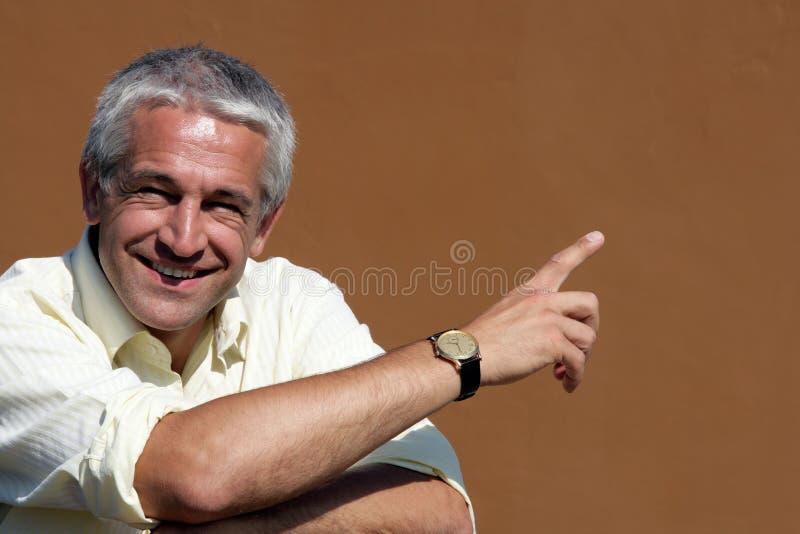 Portrait des glücklichem Geschäftsmannzeigens stockfotos