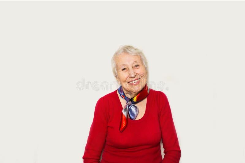 Portrait des glücklichen älteren Frauenlachens stockfotos
