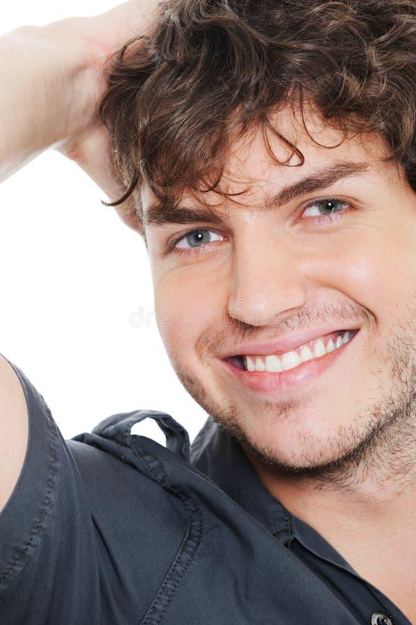 Portrait des glücklichen frohen lachenden jungen Mannes stockfoto