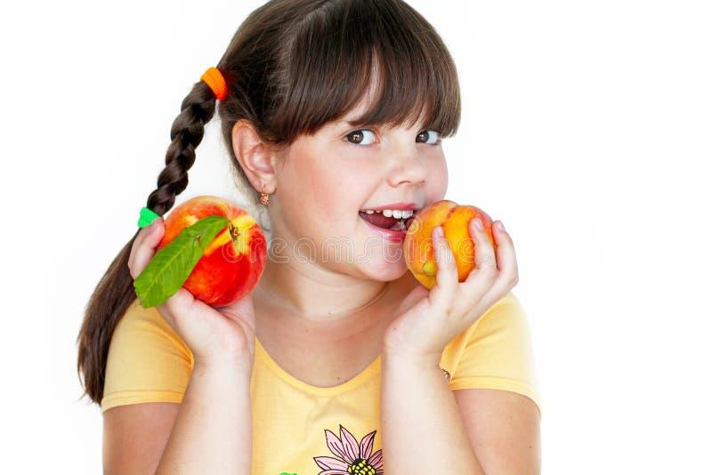 Portrait des glücklichen frohen schönen kleinen Mädchens stockfoto