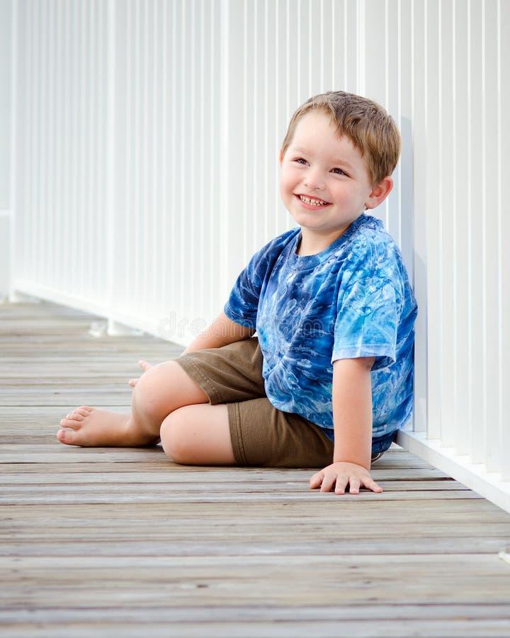 Portrait des glücklichen Jungen auf Strandpromenade lizenzfreies stockbild