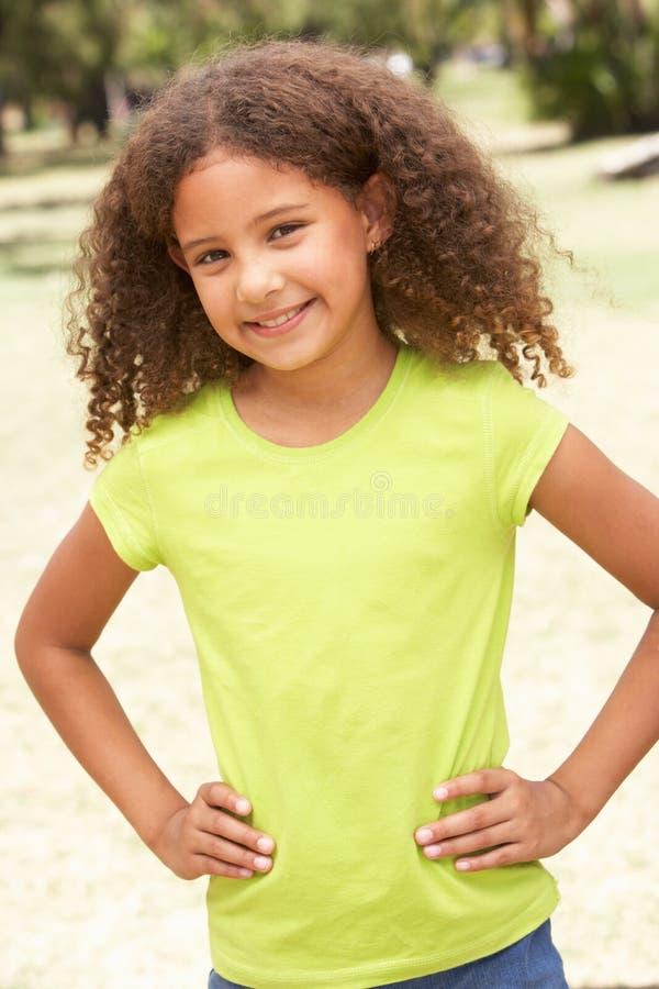 Portrait des glücklichen jungen Mädchens im Park stockbild