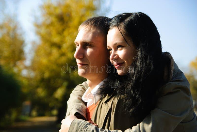 Portrait des glücklichen jungen Mannes und der Frau lizenzfreie stockbilder