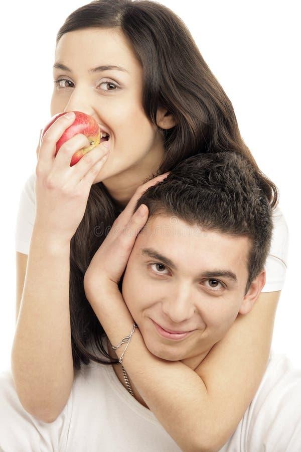 Portrait des glücklichen jungen Paarumarmens lizenzfreies stockbild