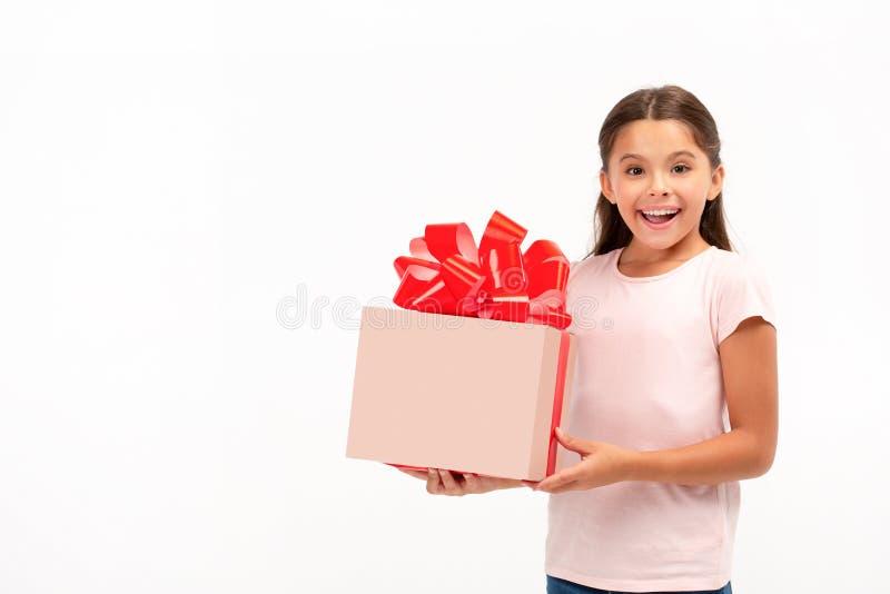 Portrait des glücklichen kleinen Mädchens mit Geschenkkasten über weißem Hintergrund stockfoto