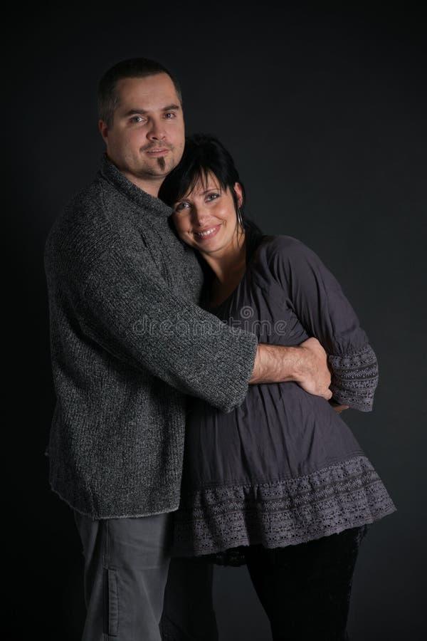 Portrait des glücklichen Mannes und der schwangeren Frau lizenzfreies stockbild