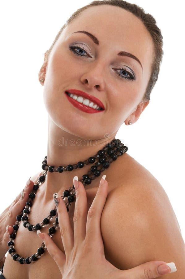 Portrait des glücklichen reizvollen Mädchens mit Halskette lizenzfreies stockbild