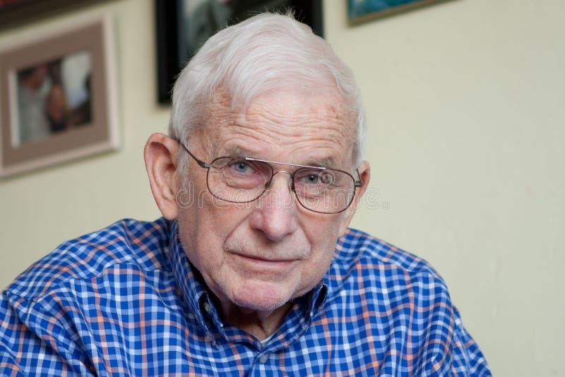 Portrait des Großvaters mit blauen Augen lizenzfreie stockfotografie
